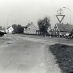 Rijksweg met rechts Heinsbergen, P. Geurts en Meeuwsen in 1985. Foto 118