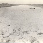 De vliegstrip Kluis bij Nijmegen na de verwijdering van de geperforeerde staal platen in 1945. Van links naar rechts, de huizen van: Kees van Dreumel, Piet Groenen en van Jan Gommers de groenteboer. Foto 1