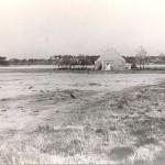 De vliegstrip Kluis bij Nijmegen na de verwijdering van de geperforeerde staal platen in 1945. Het oude bouwval is waarschijnlijk een boerderij langs de Witteweg ten N.O. van de huidige sportvelden de Kluis. Foto 003