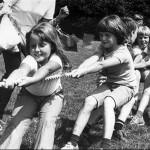 Touwtrekken tijdens de kindervakantie week op het voetbalveld in Malden omstreeks 1980. Het 3e meisje is waarschijnlijk Suzan Klomp.