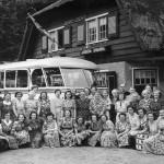 Katholieke Arbeiders Vrouwen (nu Gelderse Katholieke Vrouwenbeweging) naar Amsterdam, 23 augustus 1951. Foto genomen bij restaurant 'Bergzicht' te Veenendaal