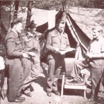222 (Natal) squadron onder tentzeil op B-91. F/O Elterington, F/Lt Lawson, F/O Riutbell, F/Lt Welford. Op de foto's dragen alle piloten kaki veldtenu aangezien sommige van de piloten die gevangen genomen zijn boven Duitsland gemarteld of zelfs gedood zijn door burgers. Het kaki was snel te ontdoen van onderscheidings tekens en rang en de laarzen konden worden ontdaan van de bovenkant zodat een rijglaars over bleef. Foto 132