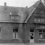 Bakkerij en kruidenier Poelen, nu de pizzeria, geheel verbouwd. Links woonde Jan Poelen, rechts Jaap Poelen.