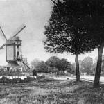 De standaard molen van de familie Lelieveld (later Jetten) aan de Rijksweg in Molenhoek met rechts van de weg het molenaarshuis annex bakkerij. De molen die stond ter hoogte van het huidige Motel de Valk is afgebrand in 1928.