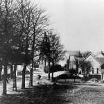 De onverharde Rijksweg – toen nog een grindweg – en de Dorpsstraat in Malden omstreeks 1915. De dorpsstraat begon bij het huis uiterst rechts op de foto van de familie Thunnissen (lange Tun; inwonend was 'de Flip') en liep achter de huidige autohandel Klaasen parallel aan de Rijksweg tot aan stomerij Polman waar hij weer op de Rijksweg kwam. Naast het huis van de familie Thunnissen stond het huis van de familie van de familie van Oijen en de familie Haerkens (melkboer met kruidenierszaak). Het huis is later bewoond door de familie Meeuwsen.
