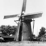De Molen van de familie Thijssen aan de Rijksweg genomen in de richting van de Rijksweg.