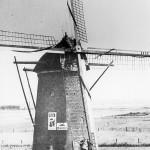De Molen van de familie Thijssen aan de Rijksweg. Tijdens de oorlog lag de molen in het verlengde van de startbaan van het tijdelijke vliegveld dat parallel aan de Rijksweg liep. De wieken en de kap vormden een gevaar voor de stijgende en dalende vliegtuigen. De wieken en de kap zijn toen omstreeks 25 september 1944 gesloopt en naderhand nooit meer teruggekomen. De restanten van de molen zijn in 1996 gesloopt om plaats te maken voor nieuwbouw.