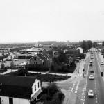 Rond het gemeentehuis in mei 1981. In het midden 'het Honk'. Foto gemaakt door Toon van der Cruijsen voor 'de Dichtbij' vanaf een 30 meter hoge brandweerladder. De branweerwagen was hier vanwege een 'oefening'.