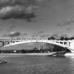 De witte brug over Maas-Waal kanaal aan de Taaijedijk nu de Blankenbergseweg. De brug is tijdens de oorlog twee maal opgeblazen. Voor het eerst door Nederlandse militairen op 5 mei 1940, 's morgens om 5 uur. Later nogmaals op 17 september 1944 door de Duitsers/Amerikanen. De brug is herbouwd in 1942 en 1948/50. Direct na de oorlog heeft er tijdelijk een dam in gelegen. Er was toen dus geen scheepvaart mogelijk. De herbouwde brug was een z.g. machete brug, een brug uit twee in elkaar vallende helften, die op de wal in Hatert gemaakt was.