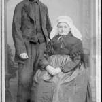 Portret van Derk Vroom en Geertruida Peters den 2 november 1834 te Heumen gehuwd, vergroot aangeboden door de gemeente Heumen den 6 november 1894 toen hun 60 jarig huwelijk zeer plechtig is gevierd. Oudste bekend zijnde foto uit de gemeente Heumen.