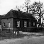 G. Jansen aan de Broekkant tegenover de ingang van het bejaardenhuis. Links het melkhuisje, rechts het kippenhok, en naast het pad de geperforeerde staalplaten van de vliegveld dat begin 1945 langs de Rijksweg lag.