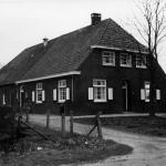 Het oorspronkelijke 'Jachthuis' aan de Broekkant dat tot 1970 bewoond werd door de familie H. Hendriks-Fransen. Na de stormramp van 1926 is het jachthuis herbouwd. Het behoorde toe aan het hertogdom Kleef en bood het onderdak aan de (Heren) grootgrond bezitters die hier kwamen jagen. Na 1970 was het een tijdje de trouwzaal van het gemeentehuis van Malden. Momenteel is het een party centrum. De Raadhuisstraat was nog een zandweg.
