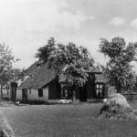 Het oude huis 'De Kluis' van Toon Kroes (Heumen?) dat in september 1944 is afgebrand nadat het getroffen was door een brandbom. Het huis stond recht tegenover café Heumensoord naast de huidige Union velden. De bomen staan er nog steeds.