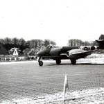 Gloster Meteoor van van het 616e squadron. Links het huis van v.d. Broek met varkensstal. RAF museum 6048-4c