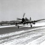 Een opstijgende Tempest met bommen onder de vleugels. Op de achtergrond het stoppeler bos. RAF museum 6049-2
